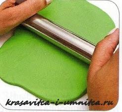 раскатываем пласт полимерной глины