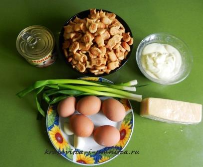 ingridienty-dlya-rybnogo-salata-s-krekerami