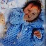 Голубая кофточка для новорожденных с капюшоном спицами