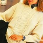 Женский пуловер из светлой пряжи спицами