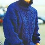 Женский синий пуловер с узором из кос спицами